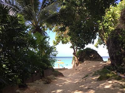 グアム旅行でのオススメするちょっとリッチなビーチの過ごし方!チェア&パラソルでのんびり